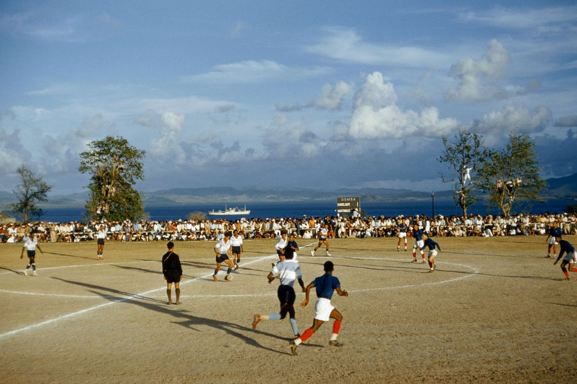 In 1959 spelen rivaliserende voetbalteams uit Martinique en Guadeloupe een duel in Fort de France, Martinique.