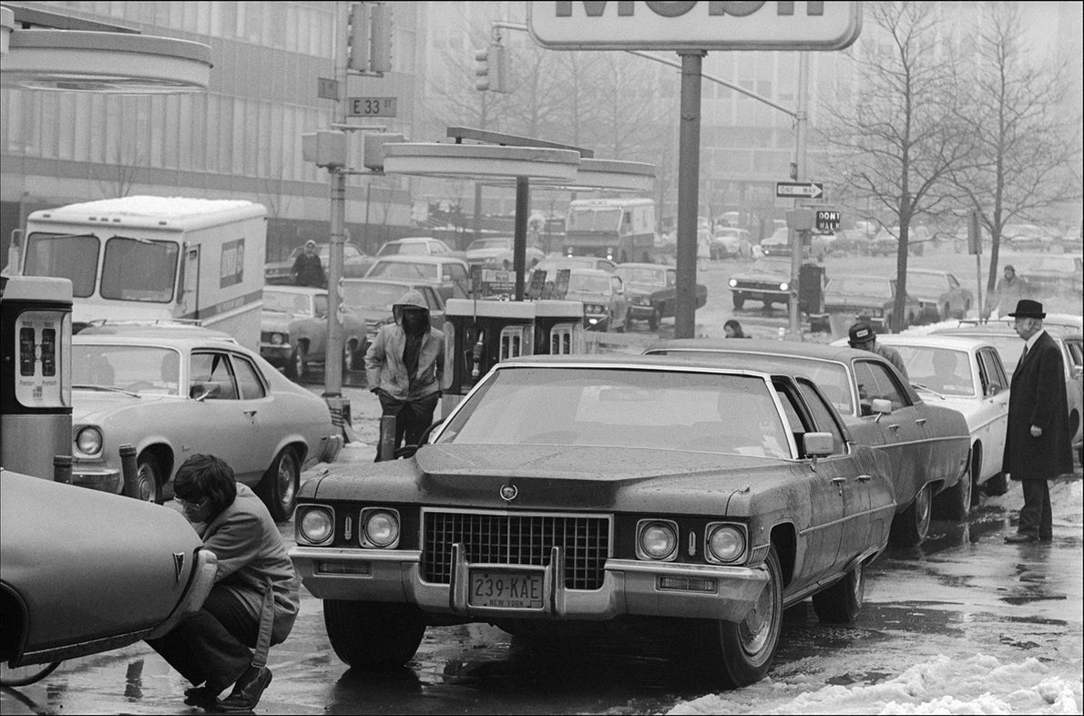 In New York staan automobilisten in 1974 in de rij om te tanken. In dat jaar ...