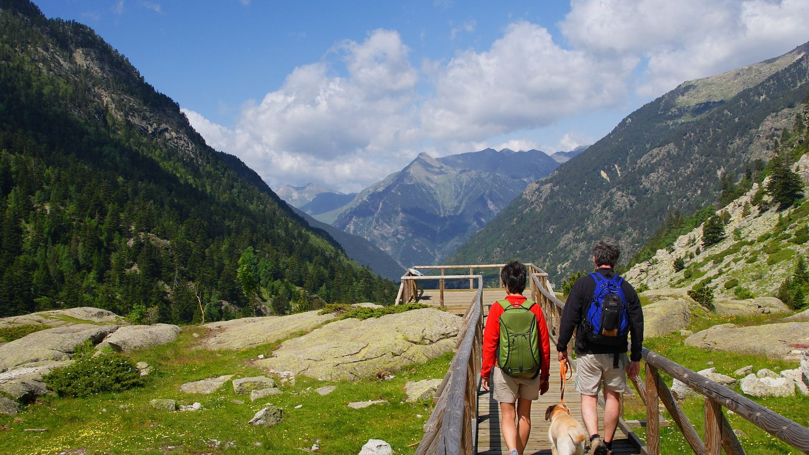 Hikers in Nationaal park Aigüestortes i Estany de Sant Maurici