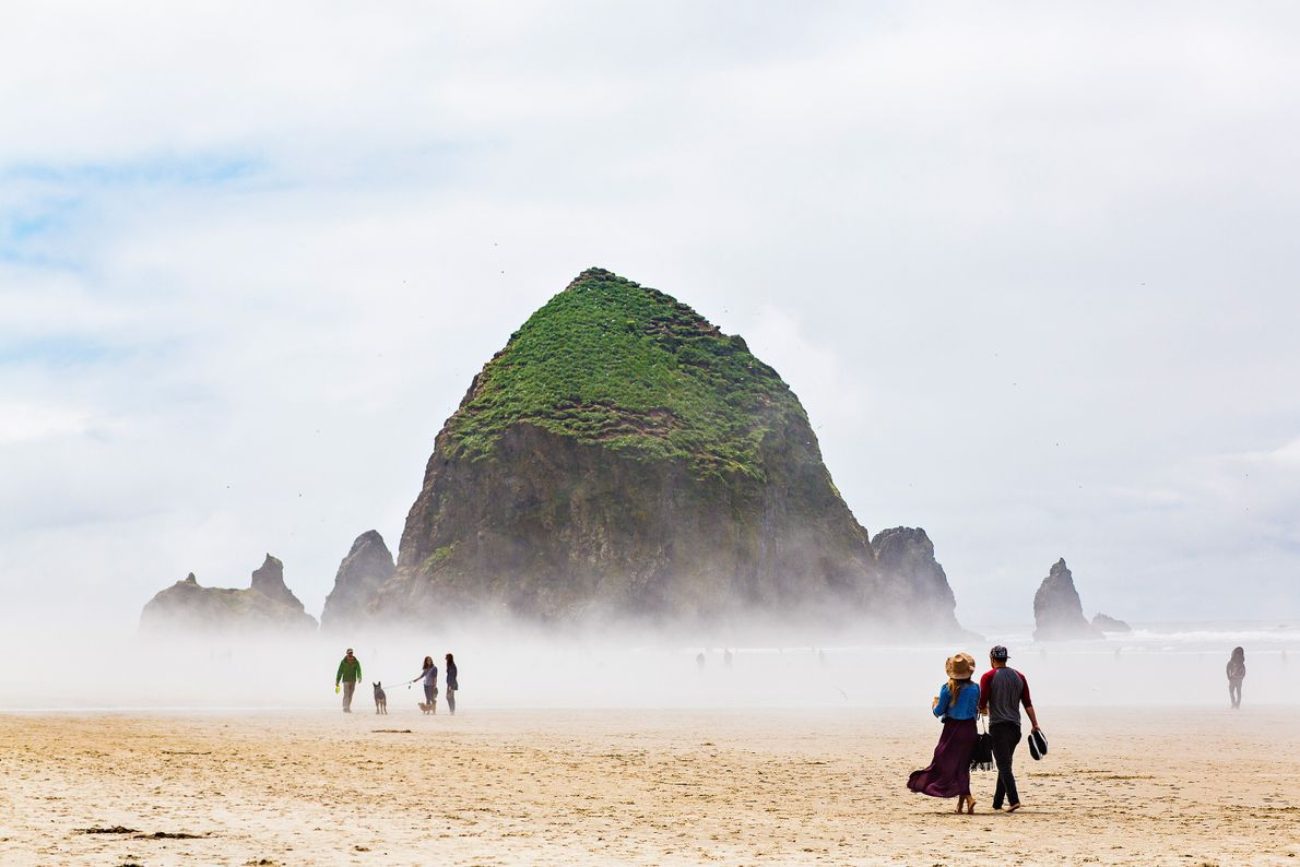 Mensen op de Cannon Beach in Oregon