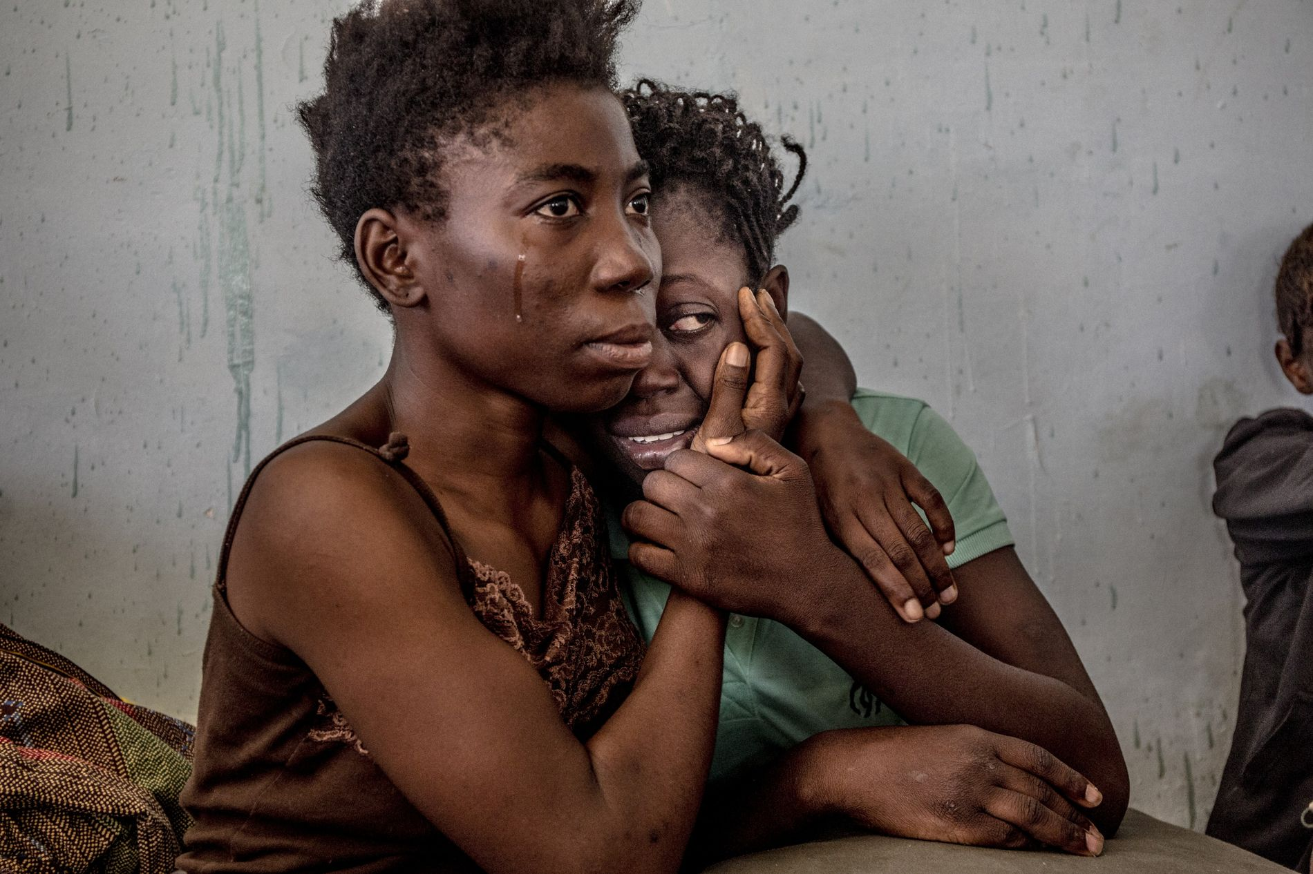 Nigeriaanse migranten in een emotionele omhelzing in een vluchtelingencentrum in Sorman, Libië, in augustus 2016. Er ...