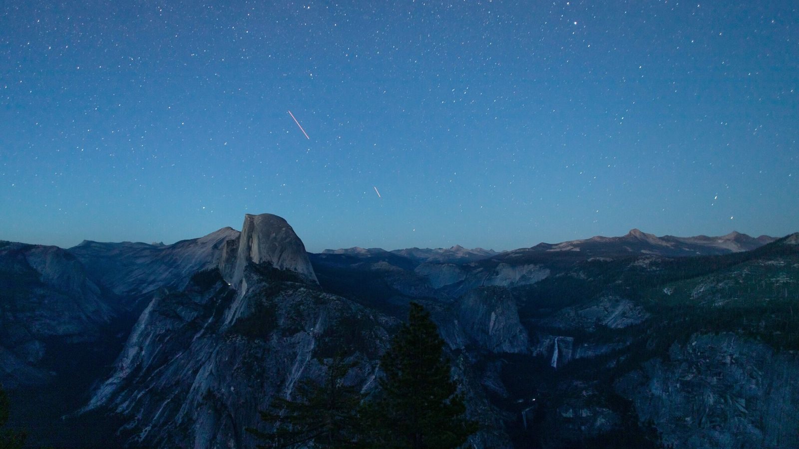 Op 7 juli 2020 valt de schemer over het natuurschoon in Yosemite Valley, waaronder Half Dome ...