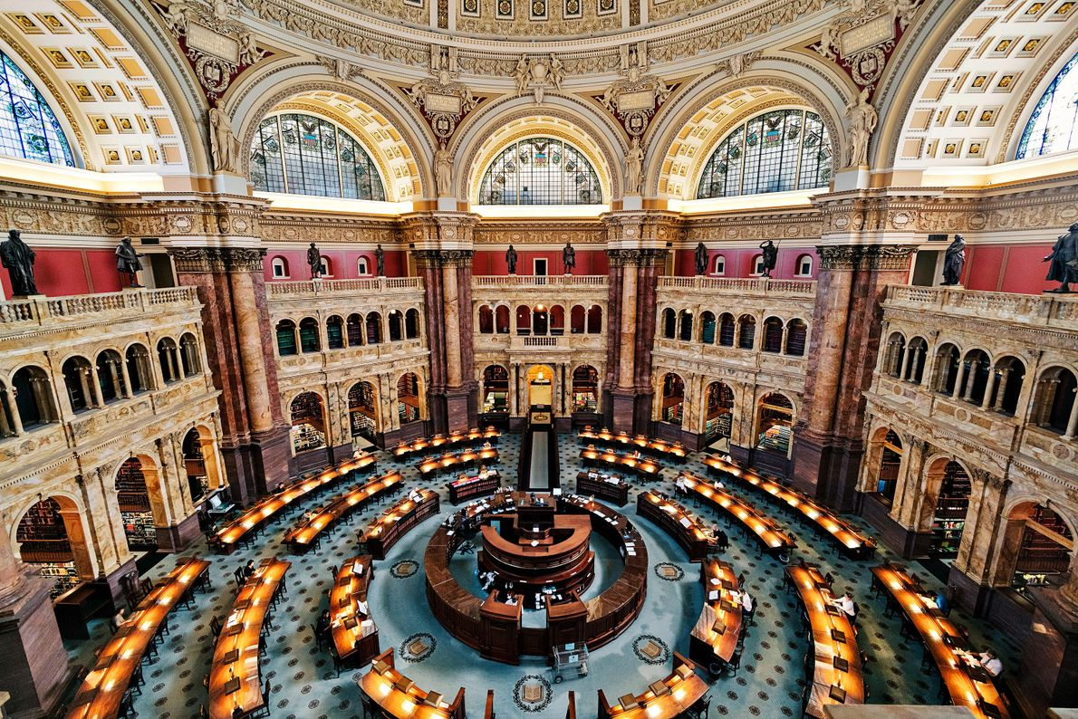 Tussen de marmeren zuilen van The Library of Congress in Washington DC kun je genieten van ...