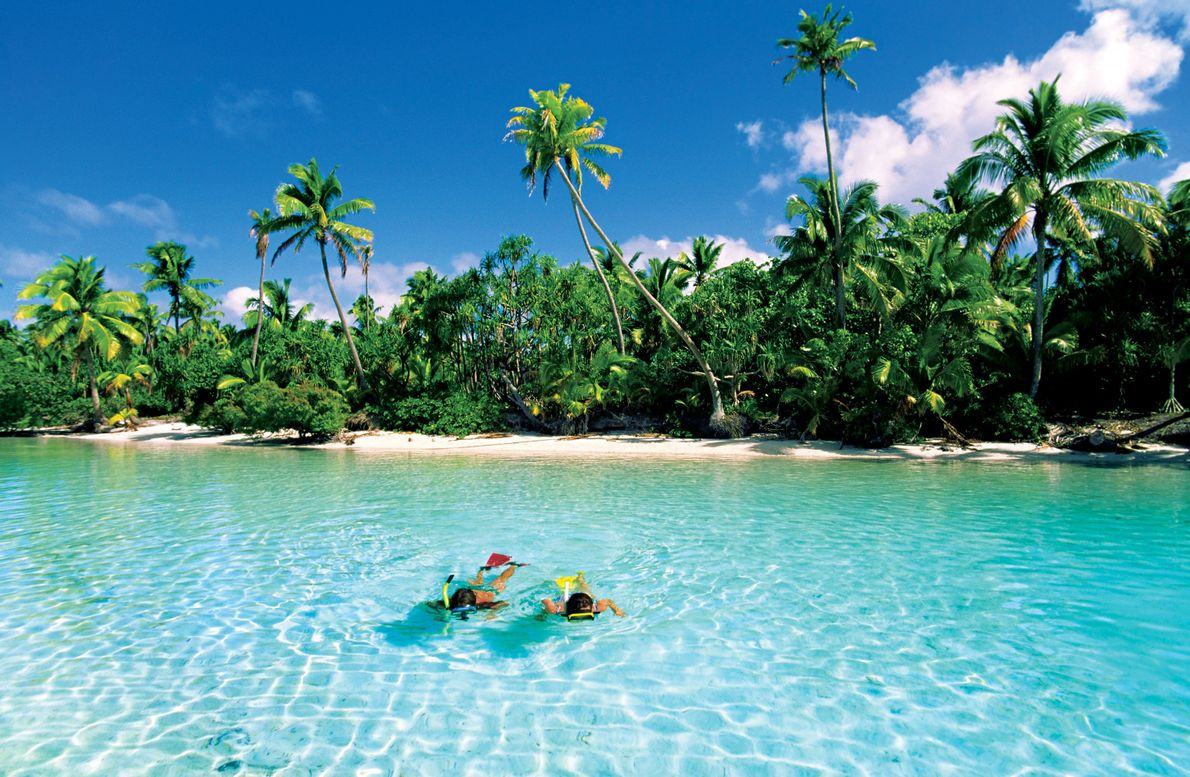 Een stel snorkelt bij One Foot Island, Aitutaki, Cook Islands