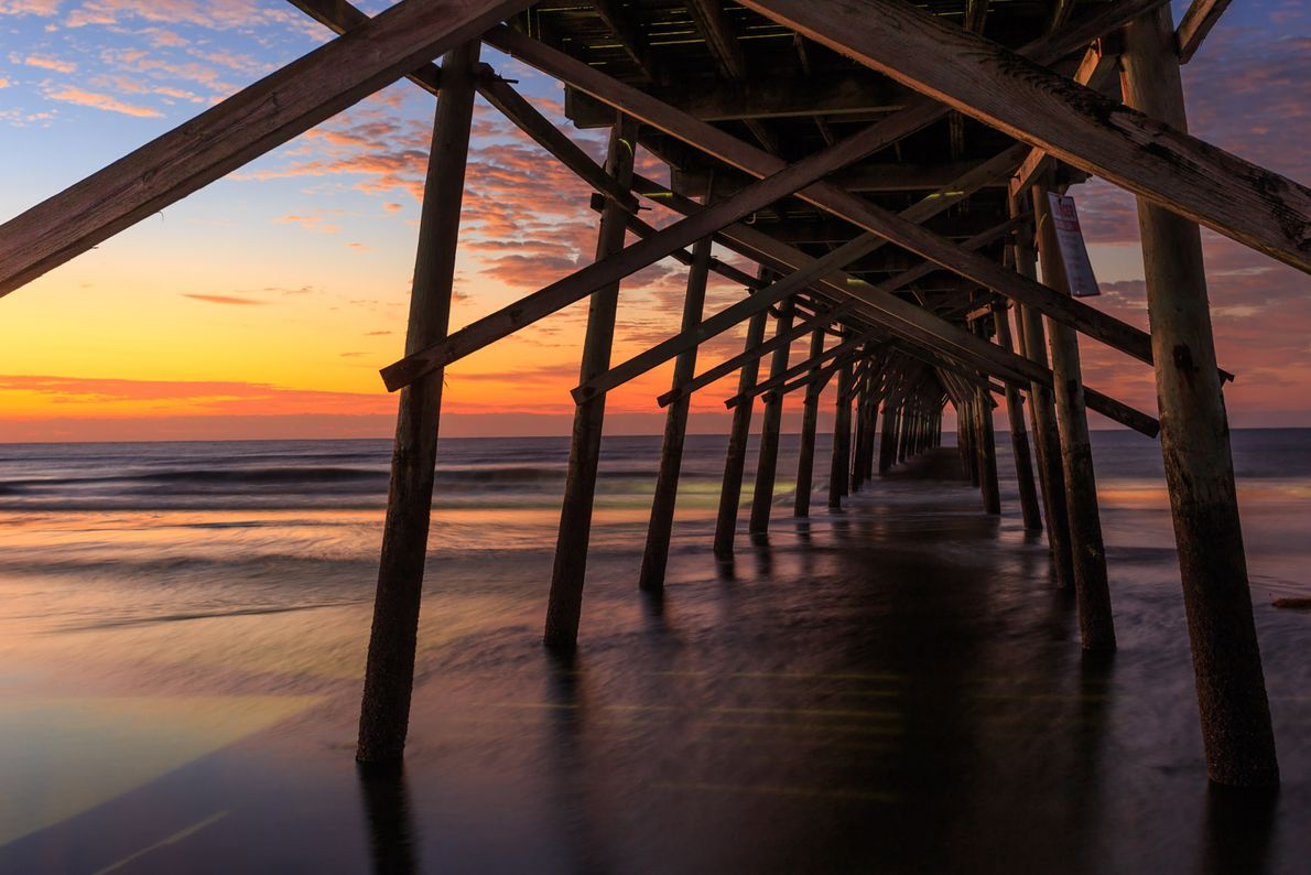 De pier van Sunset Beach op Brunswick Island, North Carolina